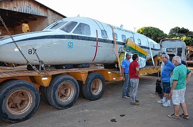 Chegada do avião da FAB  Flavio Guedes, cabo Lucio Barbosa (FAB), Téo Zacarias, Elias Galdino, Gabriel Silva e Mario Bevilacqua DAO