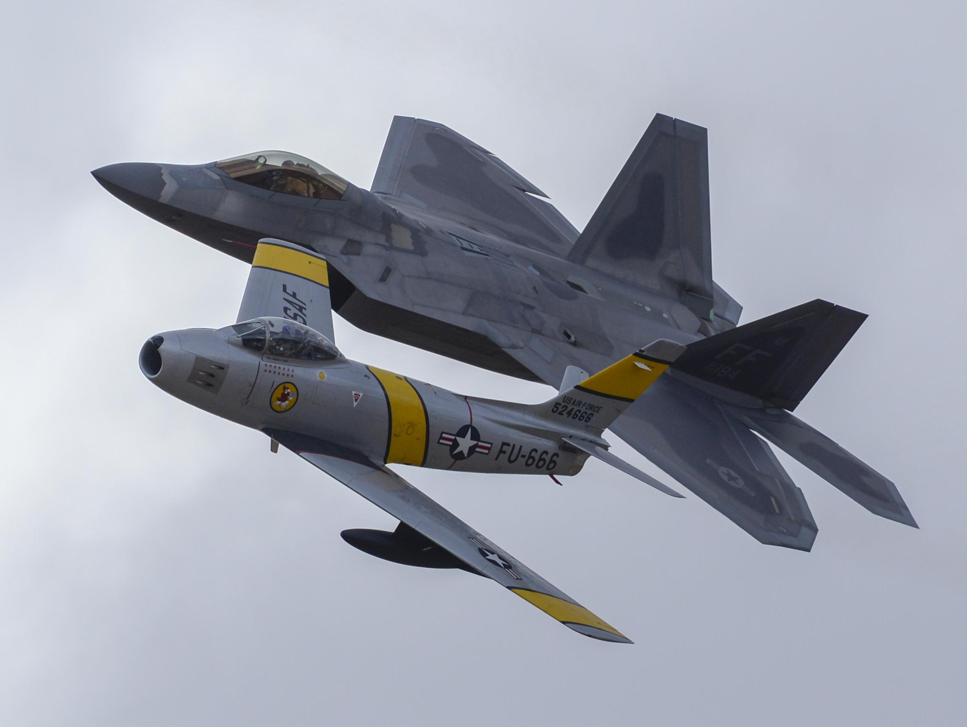 F-22 Raptor e F-86 Sabre em formatura - destaque foto USAF