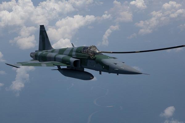 F-5M - reabastecimento em voo - imagem materia marco2016 FAB