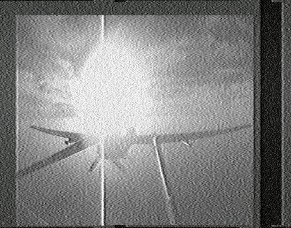 Screenshot de vídeo mostrando um drone Heron portando mísseis