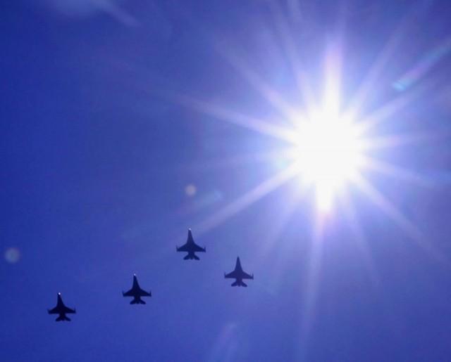 quatro caças F-16 em formatura missing man - homenagem a falecido cel Donald Heiliger - Wisconsin State Journal