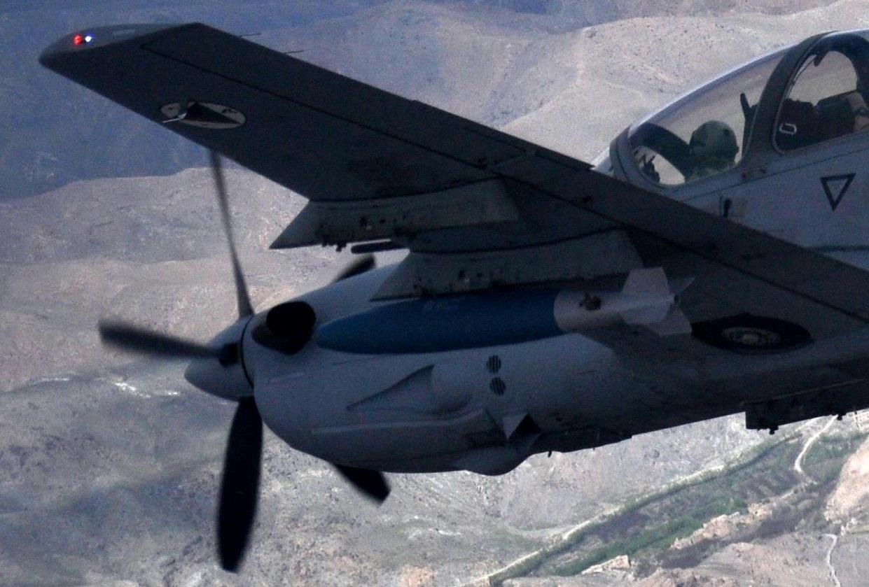 A-29 Super Tucano - missao treinamento Afeganistao 6-4-2015 - detalhe ampliado foto USAF