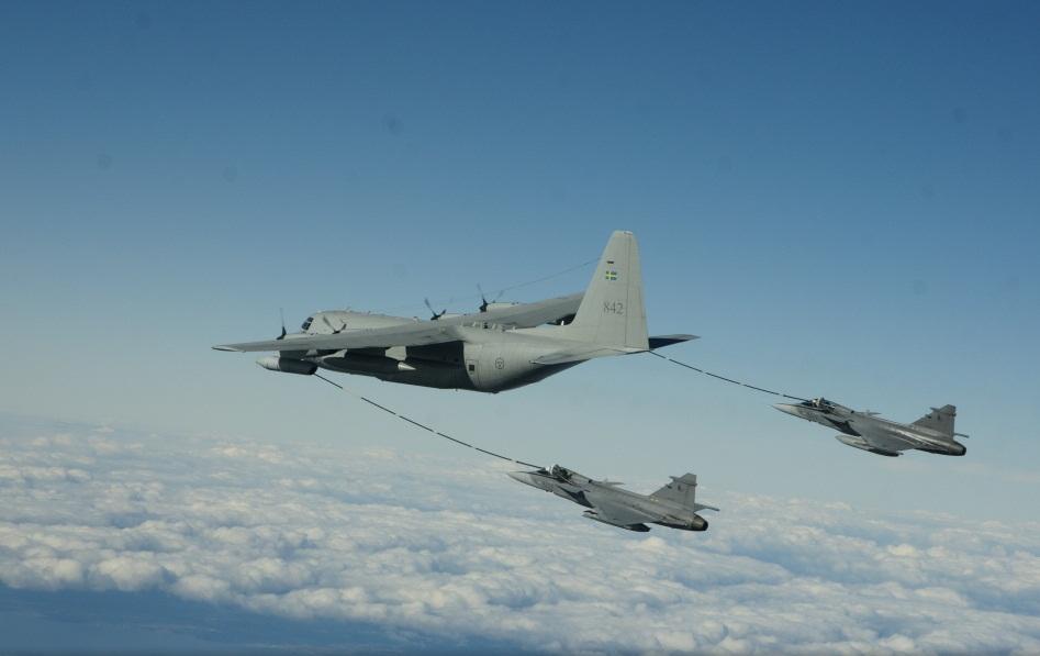 Caças JAS 39 Gripen da Republica Tcheca treinam REVO com C-130 sueco - foto 2 Forcas Armadas da Suecia