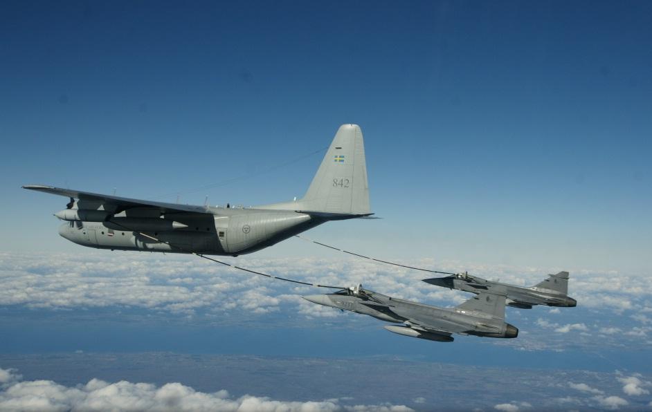 Caças JAS 39 Gripen da Republica Tcheca treinam REVO com C-130 sueco - foto Forcas Armadas da Suecia