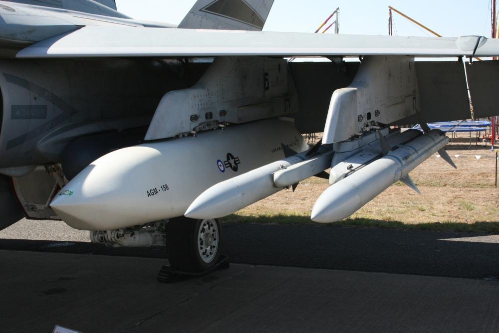 F-18 Hornet da RAAF com JASSM e AMRAAMS - foto Min Def Australia