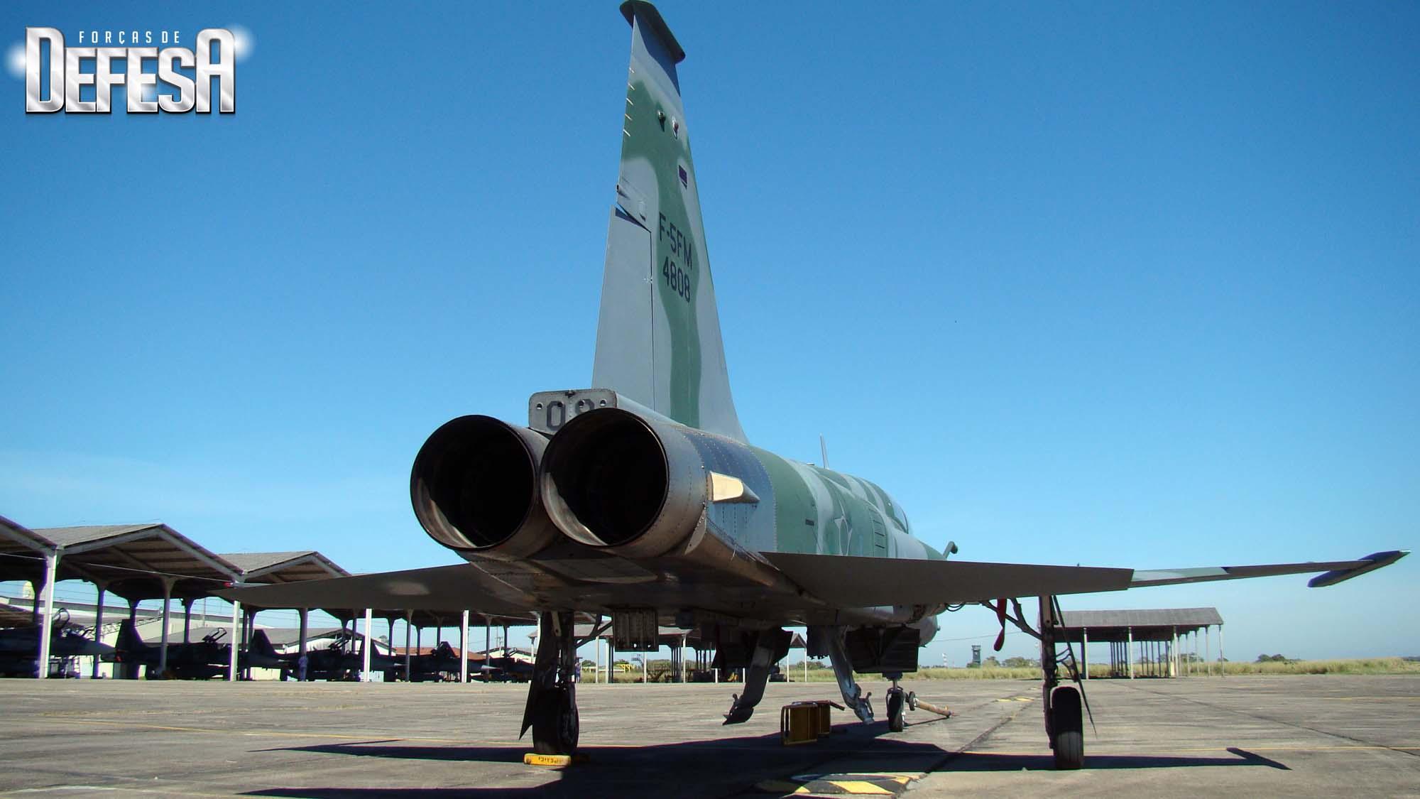 F-5FM 4808 em 2012 em Santa Cruz com F-2000 e F-5EM nos hangaretes - foto Nunao