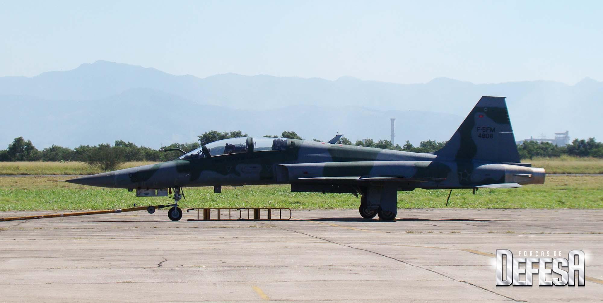 F-5FM 4808 fotografado em Santa Cruz em 2012, de perfil - foto Nunao