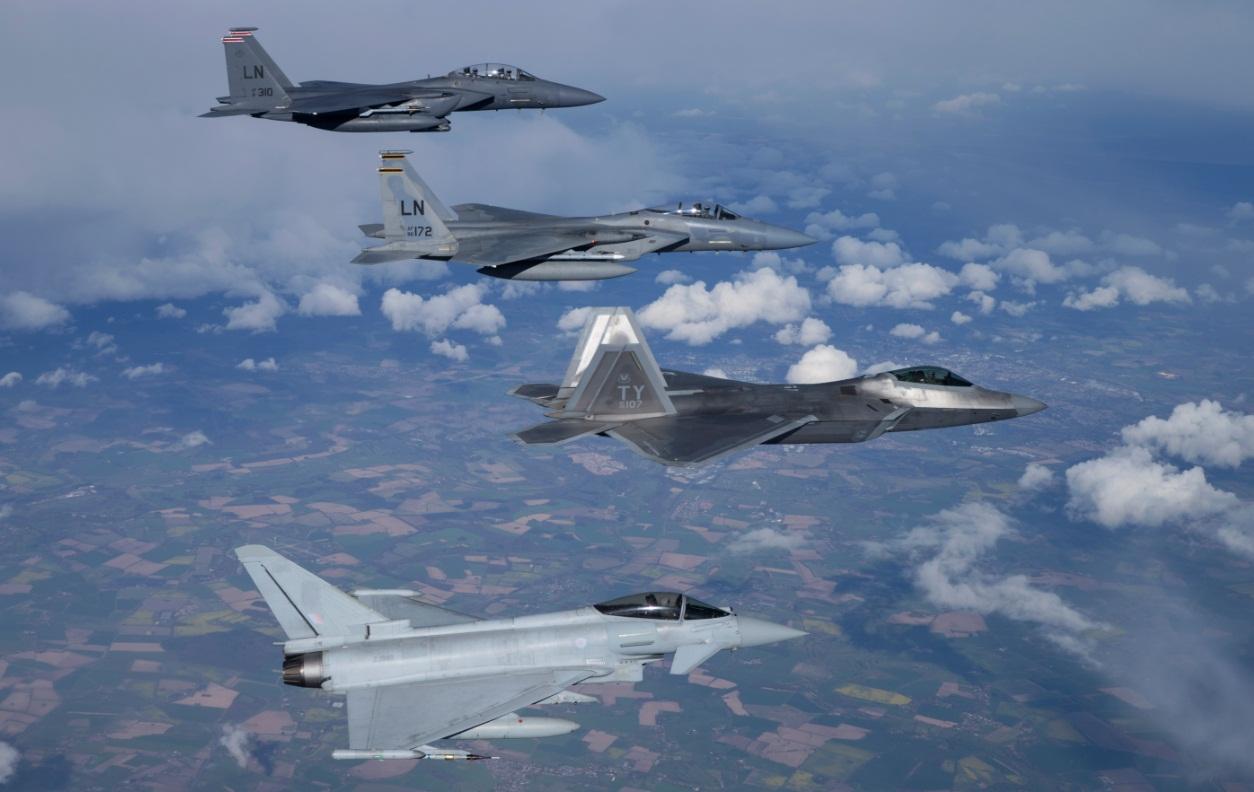 F-22 - desdobramento em Lakenheath - formatura com F-15 e Typhoon - foto USAF