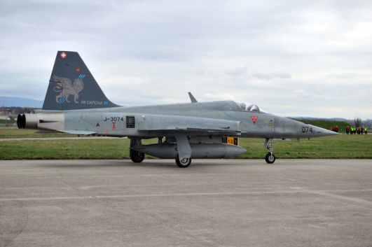 F-5E com pintura leao e lema PA CAPONA na cauda - foto Forca Aerea Suica