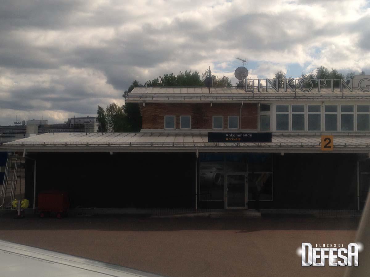 Saab - terminal Linkoping com instalacoes Saab ao fundo- foto cel Nunao 16-5-2016 - Poder Aereo