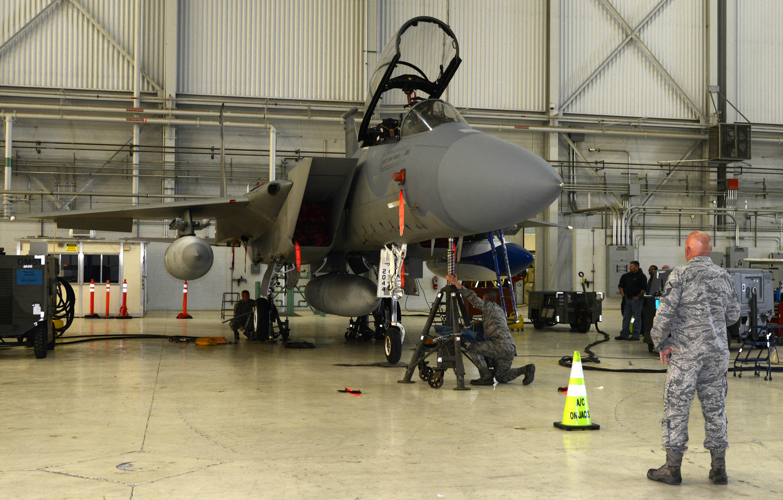troca de roda no F-15 - foto USAF