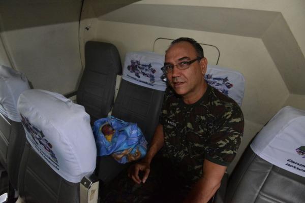 Ajuda humanitaria - transporte bebe pelo Esquadrao Cobra - foto fAB