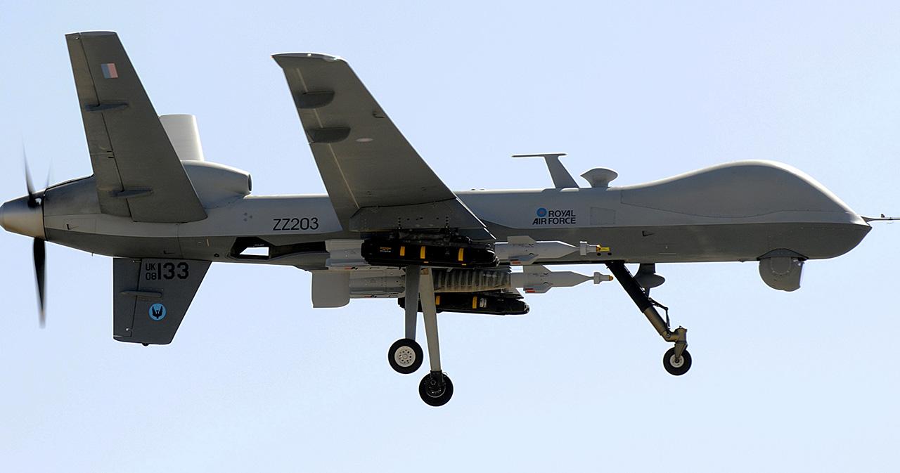 Um UAV Reaper da RAF armado com bombas Paveway e mísseis Hellfire
