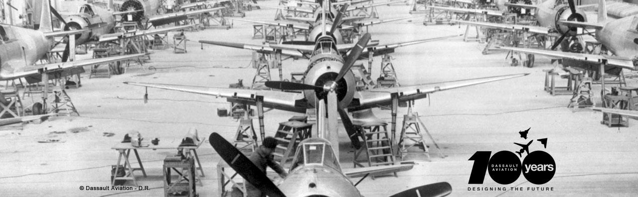 Linha de montagem de cacas Bloch - foto Dassault com selo 100 anos