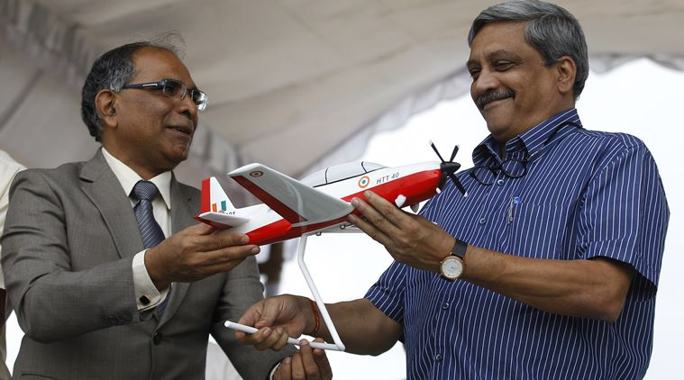 Ministro Manohar Parrikar recebe modelo do HTT-40 - foto AP Indian Express
