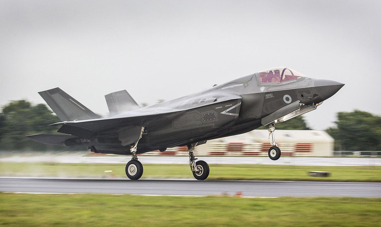Primeiro F-35B pousa no Reino Unido
