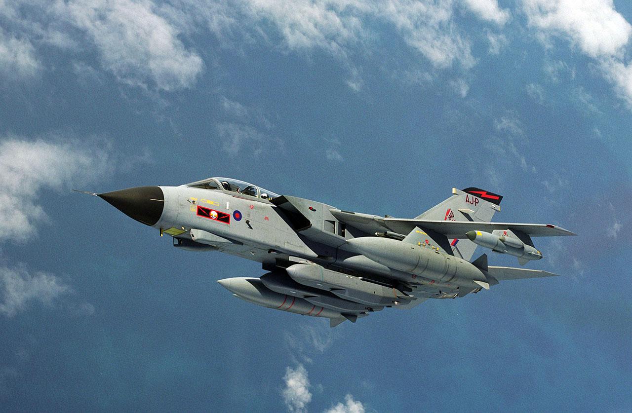 Um Tornado GR4 do 617 Squadron equipado com mísseis de cruzeiro Storm Shadow sob a fuselagem