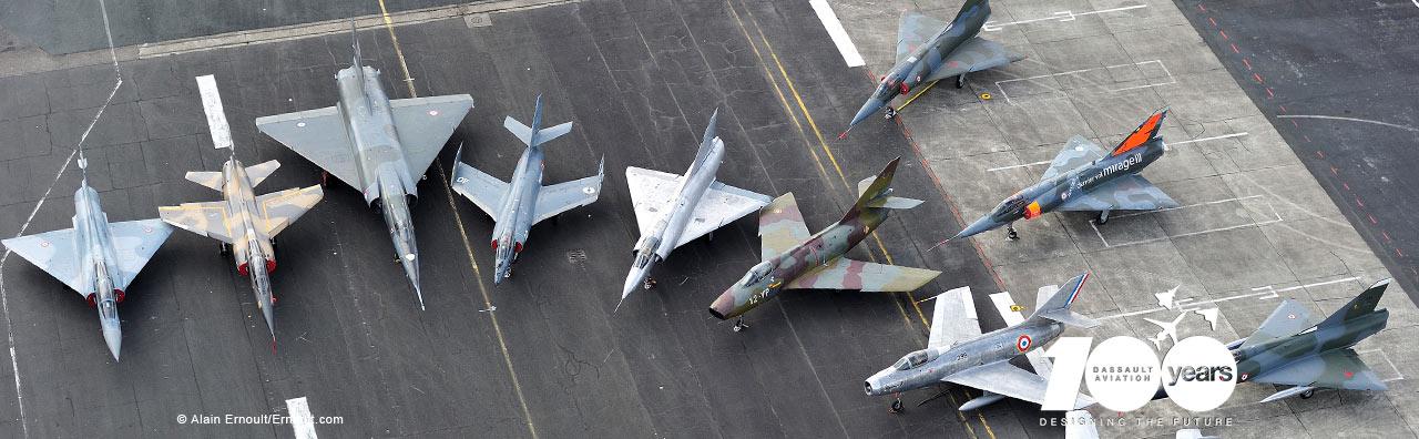 patio com cacas e avioes de ataque historicos da Dassault - foto Dassault com selo 100 anos