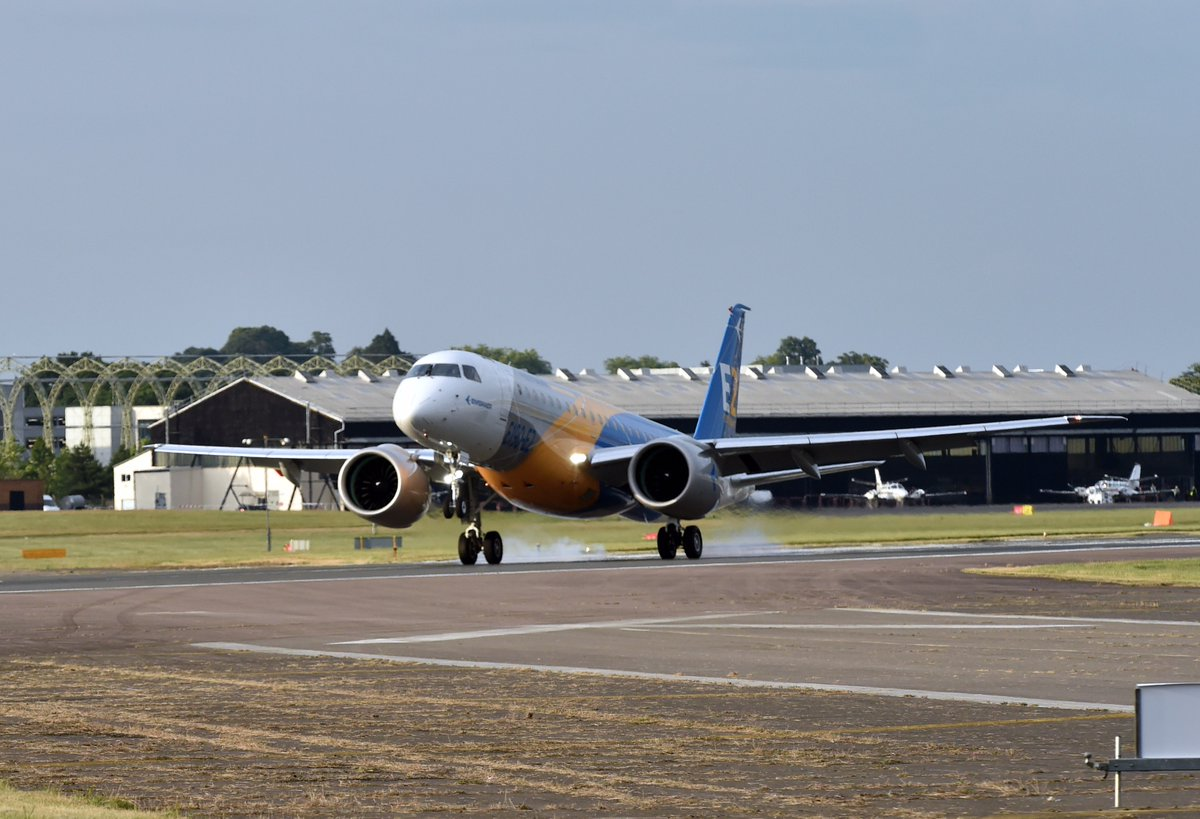E190-E2 pousa em Farnborough em 7-7-2016 - foto via Twitter Embraer