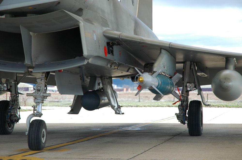 Eurofighter Tranche 2 da Espanha com bomba GBU-48 - foto Forca Aerea Espanhola