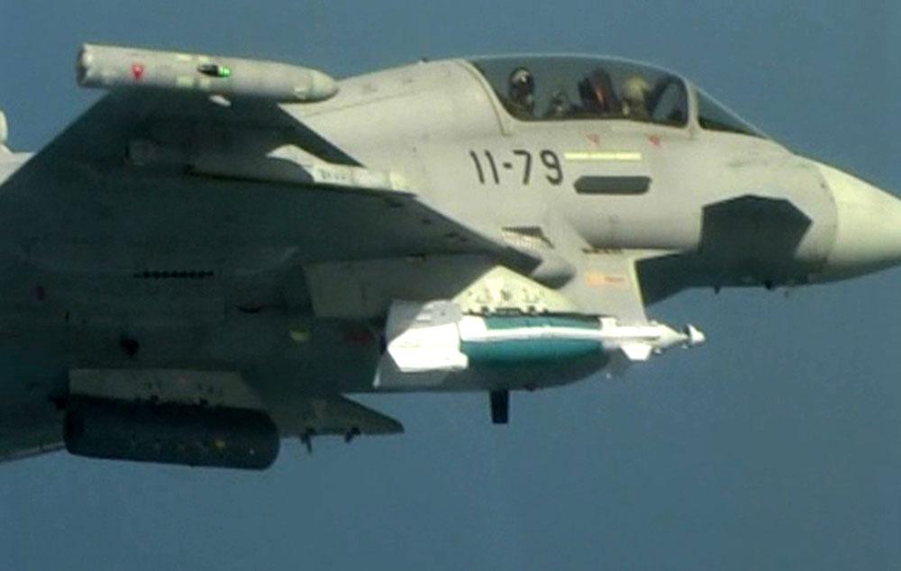 Eurofighter Tranche 2 da Espanha lanca bomba GBU-48 - foto Forca Aerea Espanhola