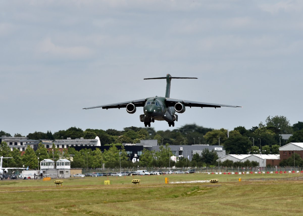 KC-390 pousa em Farnborough em 7-7-2016 - foto via Twitter Embraer