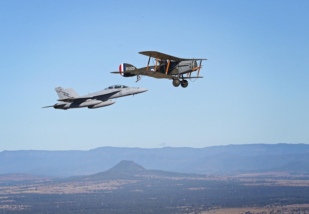 Super Hornet e Bristol F2B em 12-6-2016 - foto Min Def Australia
