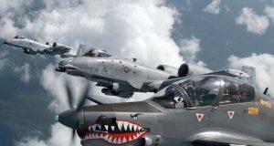 A-10 Thunderbolt II e A-29B Super Tucano voando juntos na mesma missão no Exercício Green Flag, em 2016