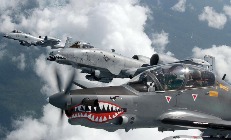 Pássaros de mesma plumagem se reúnem: A-10 Thunderbolt II e A-29B Super Tucano voando juntos na mesma missão
