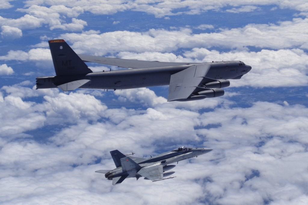 CF-18 e B-52 na Polar Roar