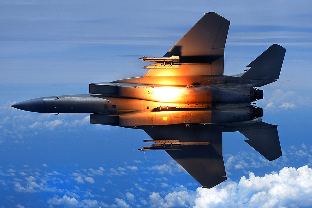 Um F-15C Eagle do 44th Fighter Squadron da USAF lançando flare