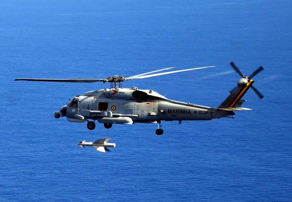 Helicóptero Seahawk Sh-16 lançando míssil antinavio Penguin