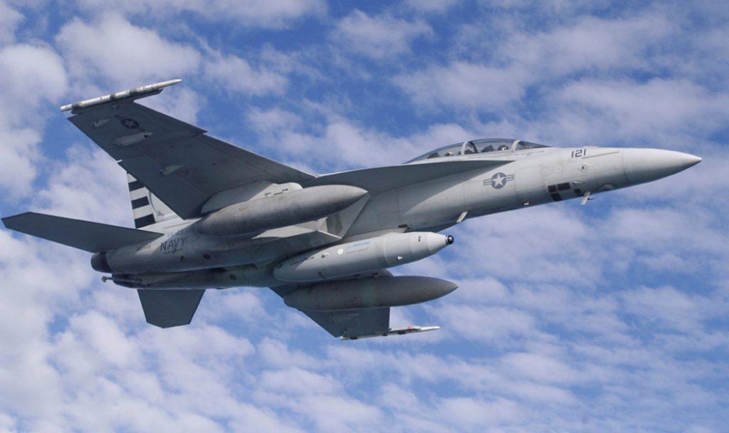 IRST21 na parte frontal do tanque ventral de um F/A-18F Super Hornet