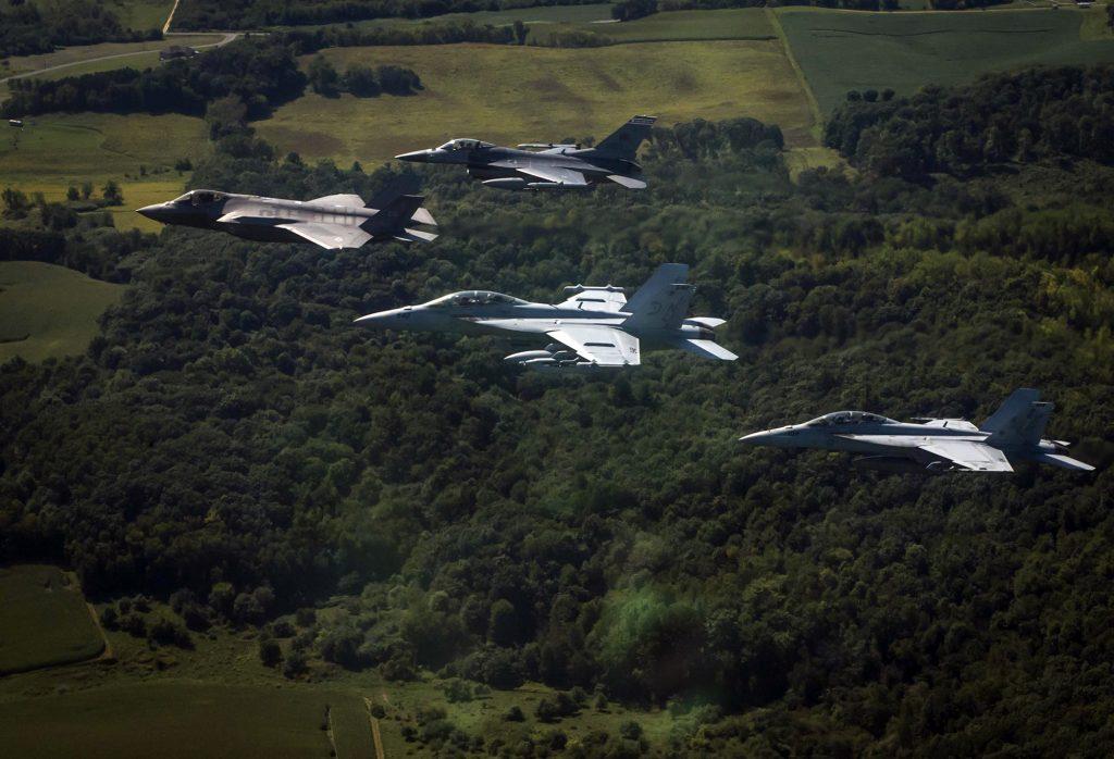 F-35A Lighting II, F-16C Fighting Falcon e F/A-18F Super Hornet da U.S. Navy voam em formação durante o exercício