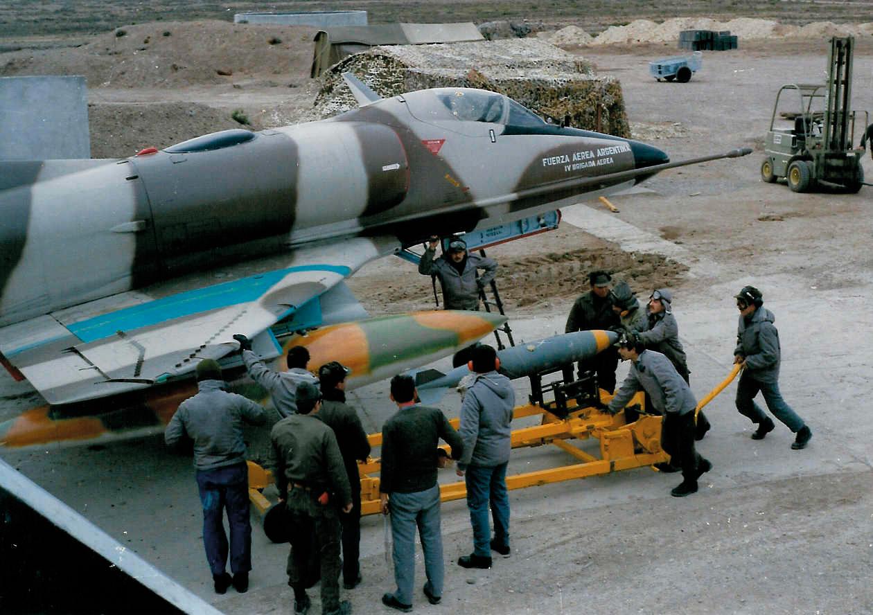 A-4C da FAA sendo armado com bomba para mais uma missão