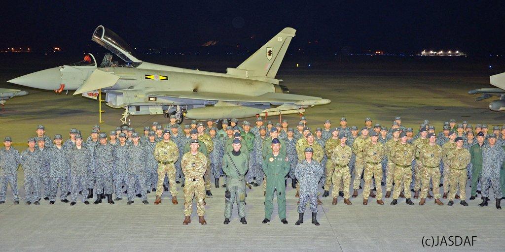 Eurofighters no Japão: militares britânicos e japoneses posam para foto