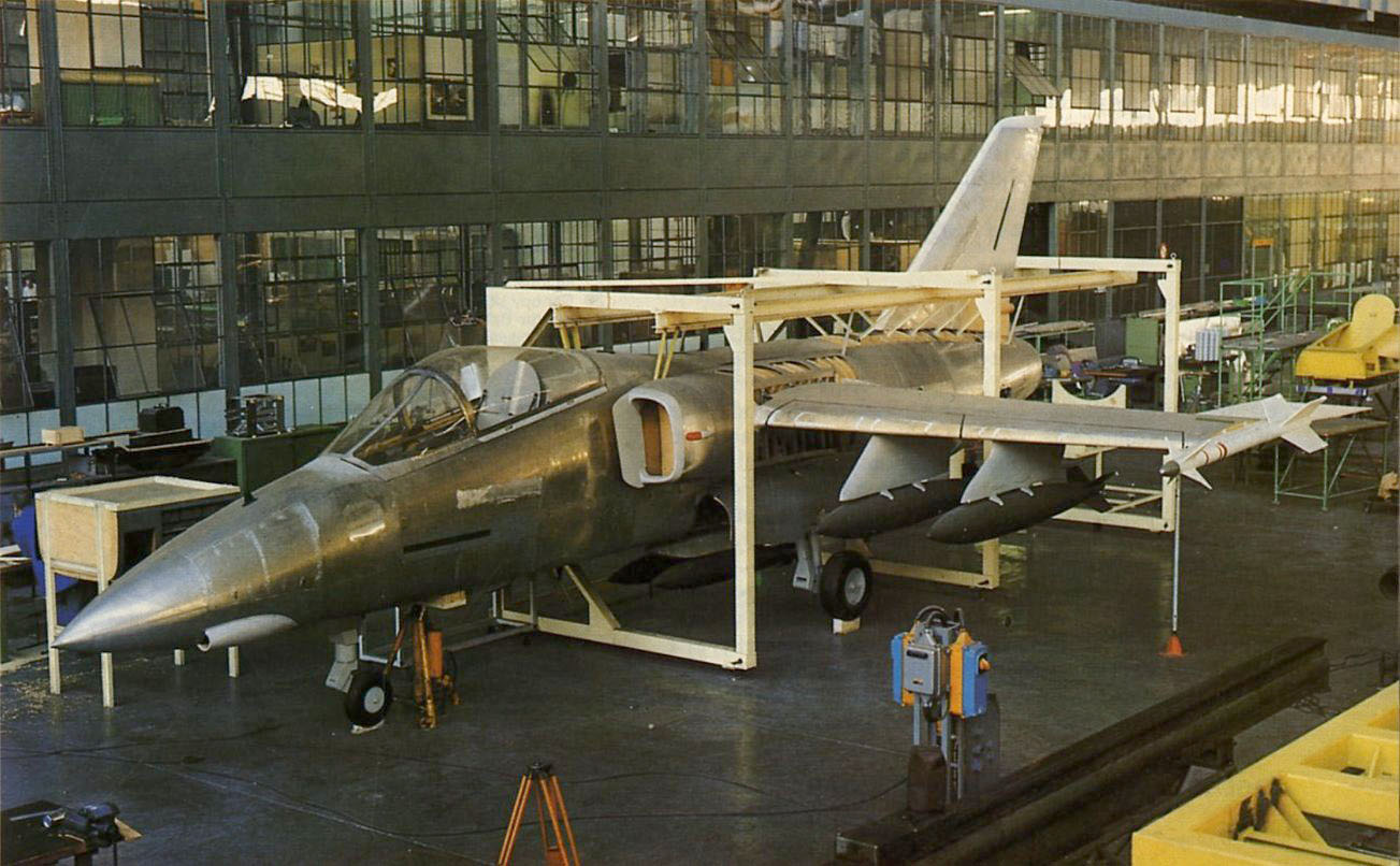 Mock-up-do-AMX-em-foto-publicada-em-1981-na-revista-Air-International