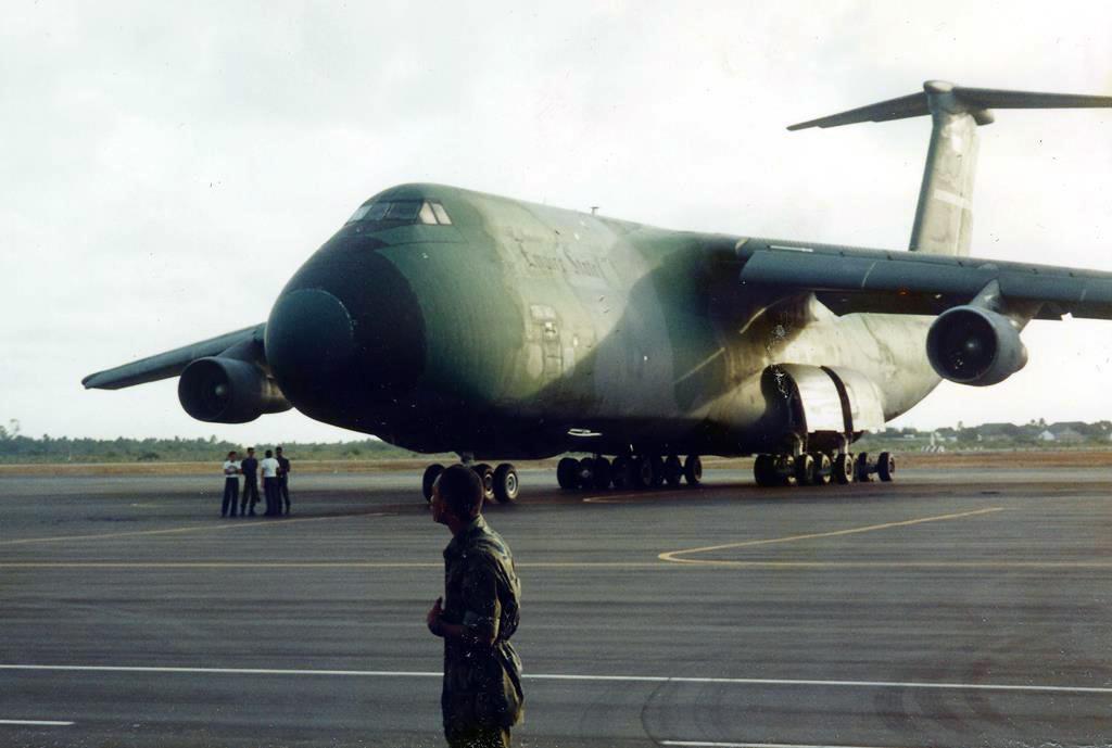 O inconfundível Lockheed C-5 Galaxy da USAF, no apoio aos aviões estrangeiros em Natal