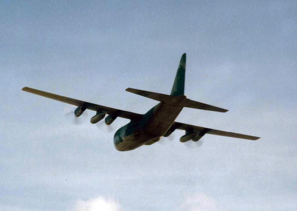 """Avião de carga Lockheed C-130 Hércules, da FAB, conhecido como """"Gordo"""", sobrevoando a pista da Base Aérea de Natal"""