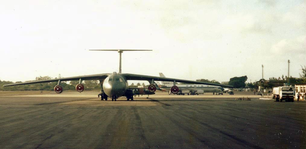 Um avião de carga Lockheed C-141 Starlifter, do Military Air Transport Service (MATS), apoiando os caças norte-americanos em Natal. Ao fundo um Boeing 737 da antiga Varig
