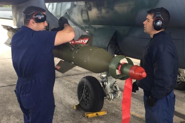a-1-com-bomba-guiada-a-laser-3