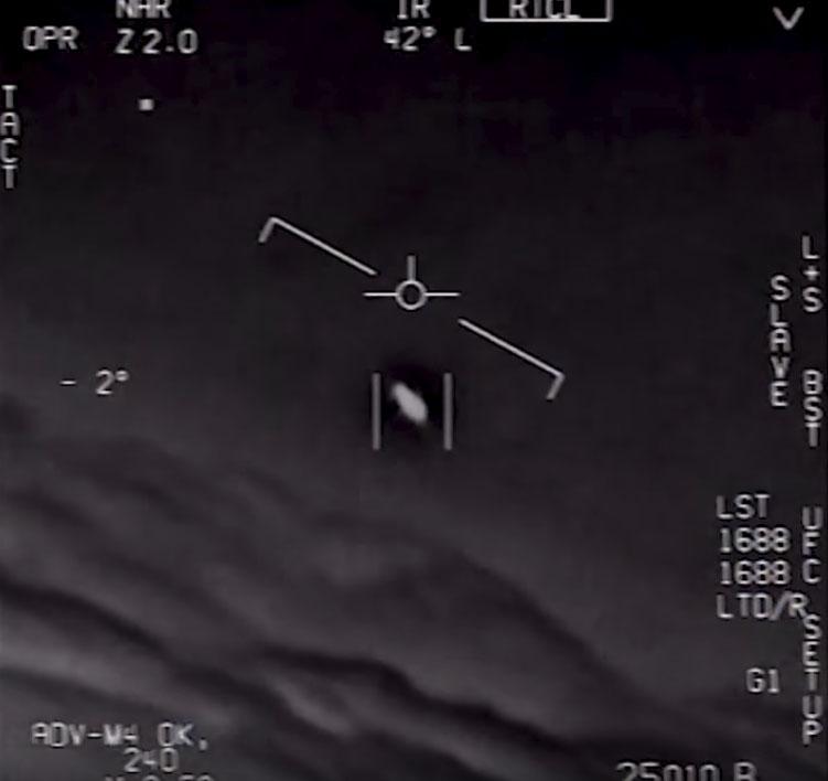 Tela capturada do vídeo feito pelo FLIR do F A-18 que mostra o OVNI no  encontro de 2004 617ea593bbe