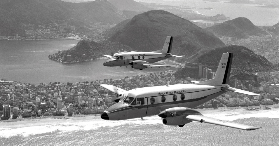 Voo do primeiro e segundo protótipos do Bandeirante da Embraer sobre o Rio de Janeiro
