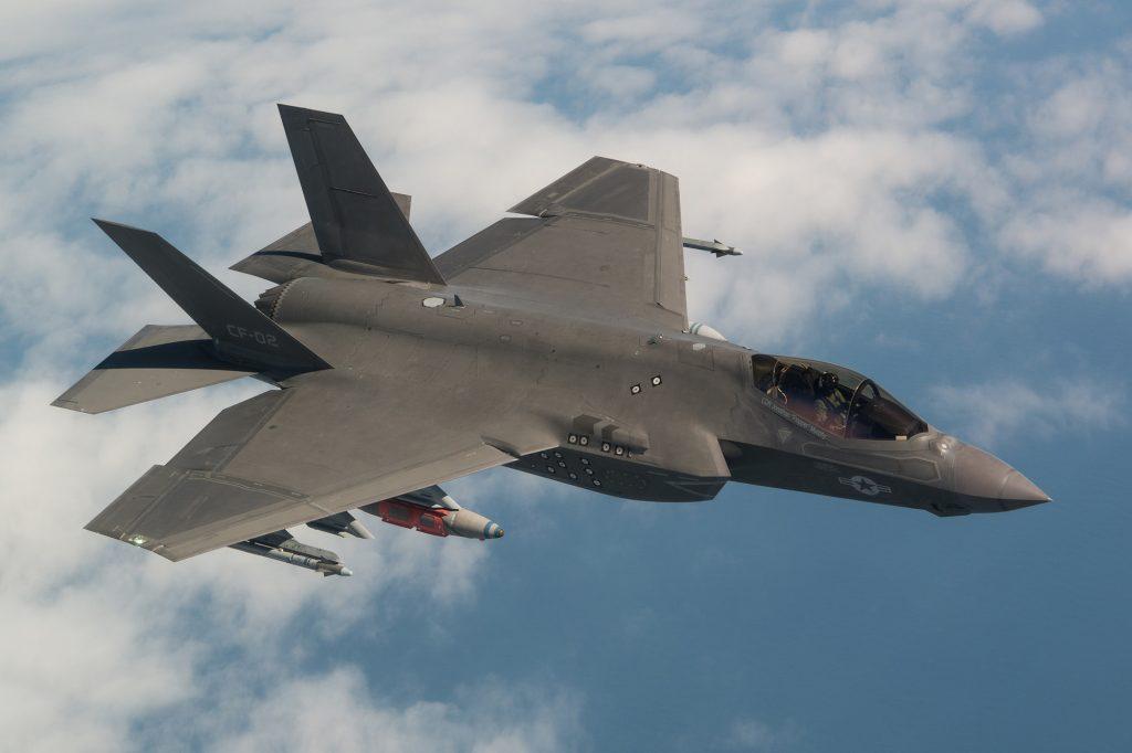 F-35C carregando externamente bombas de 2.000 libras JDAM GBU-31 e mísseis AIM-9X Sidewinder (Photo by Lockheed Martin)