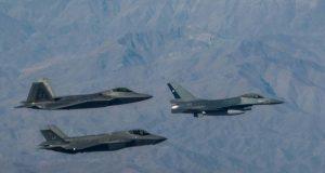 F-35 e F-22 voam com um F-16 do Chile, na chegada à FIDAE de 2018