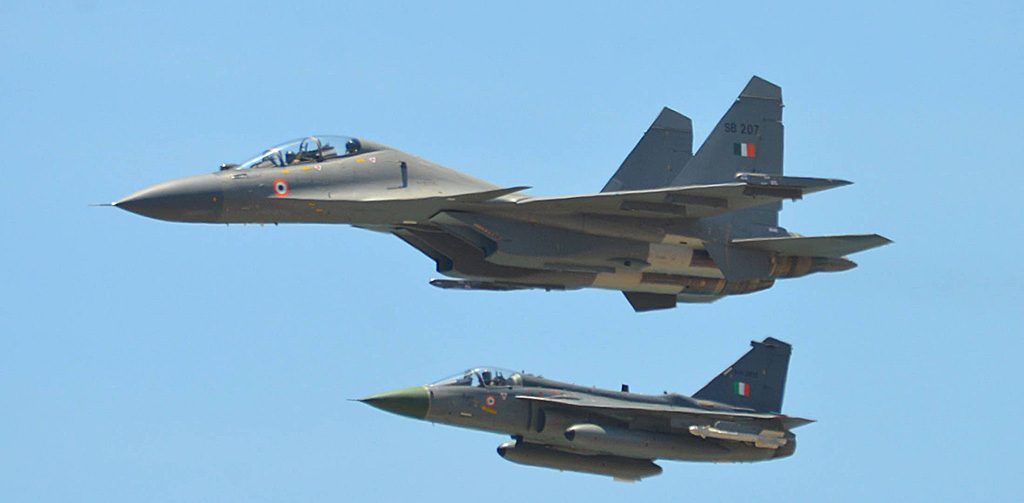 Caças Sukhoi Su-30 e Tejas da IAF