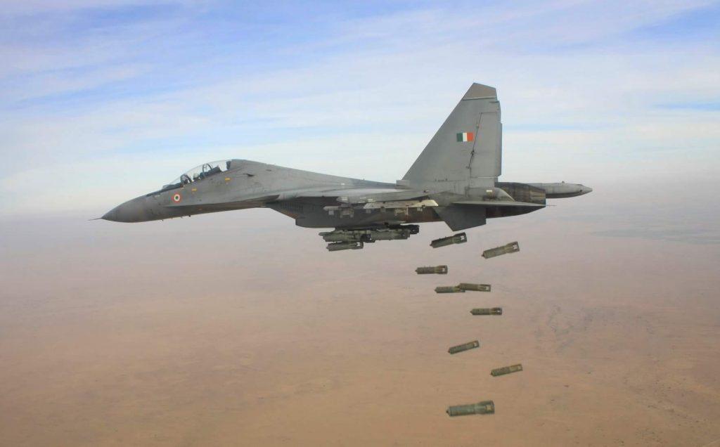 Su-30 lançando bombas