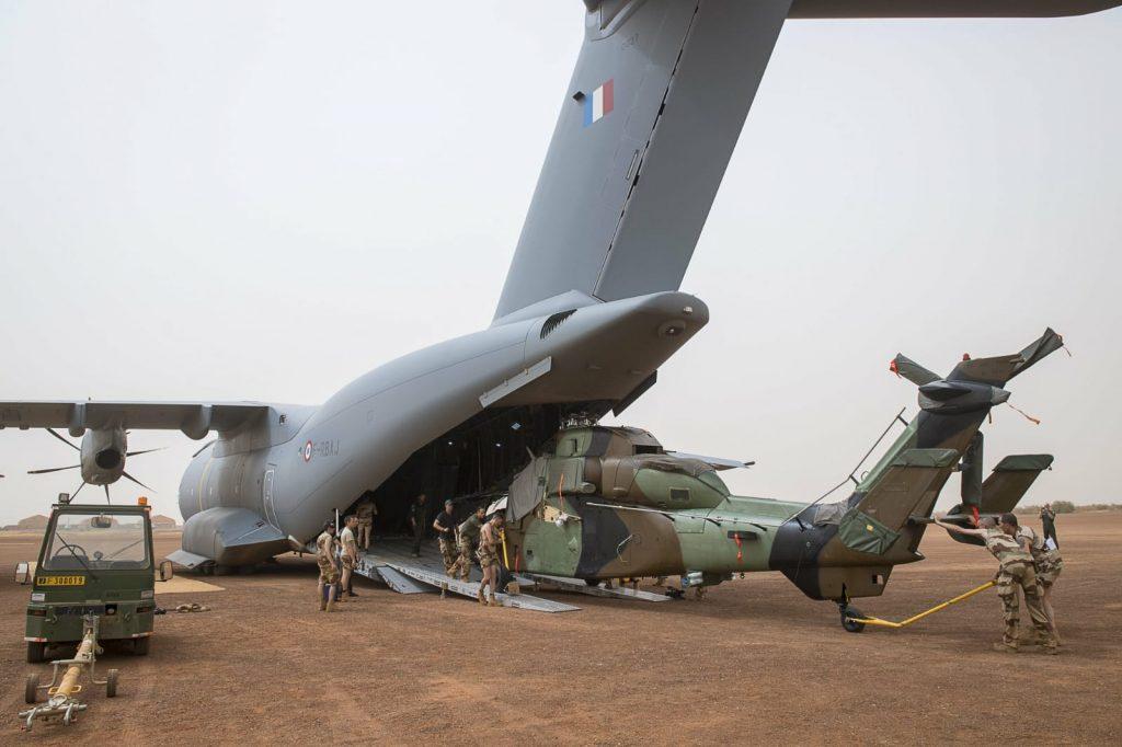 A400M descarregando o helicóptero Tiger