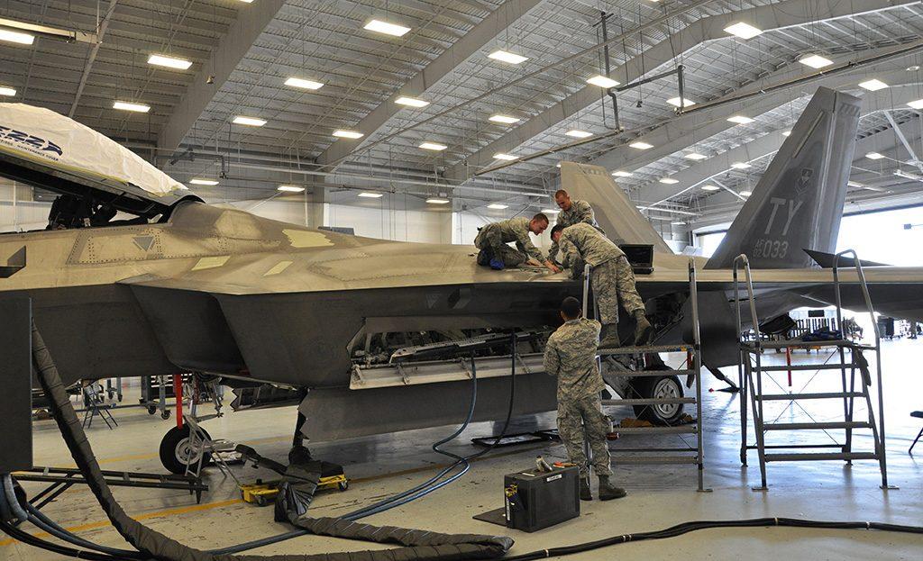 Caça F-22 em manutenção