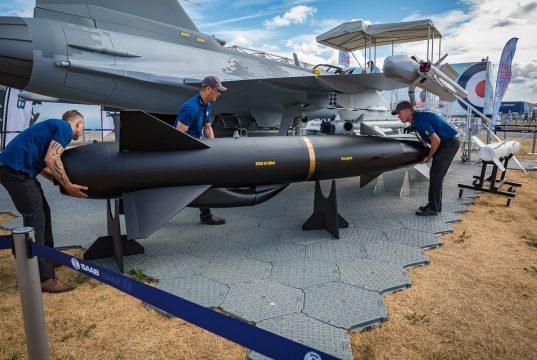 Um modelo do míssil antinavio RBS15 Mk4 é carregado no mockup do caça Saab Gripen E - foto:James Williams/staff